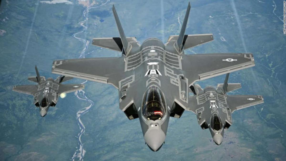 Chiến đấu cơ F-35A Lightning II nhận nhiên liệu từ máy bay vận tải tiếp nhiên liệu KC-10 Extender từ Căn cứ Không quân Travis ở California, trong hành trình từ Anh sang Mỹ ngày 13/7/2016. Ảnh: Không quân Mỹ