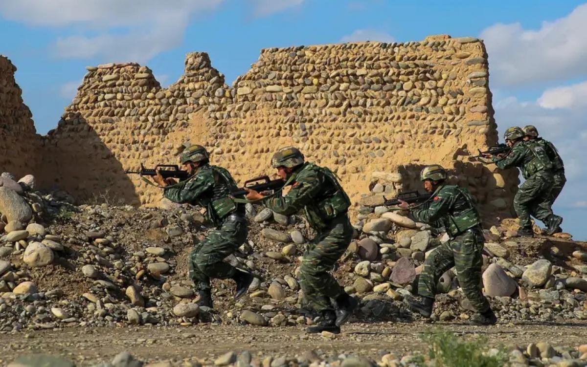 Binh sĩ Quân giải phóng nhân dân Trung Quốc (PLA) huấn luyện tác chiến. Ảnh: Reuters.