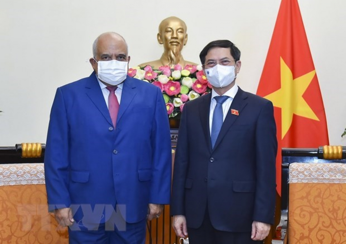 FM Bui Thanh Son (R) welcomes Cuban Ambassador Orlando Nicolás Hernández Guillén in Hanoi on July 23. (Photo: VNA)