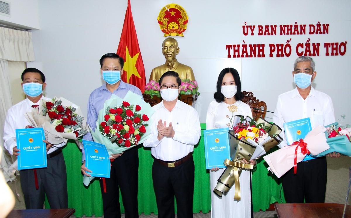 Ông Trần Việt Trường, Chủ tịch UBND thành phố Cần Thơ (đứng giữa) trao quyết định bổ nhiệm, điều động cán bộ