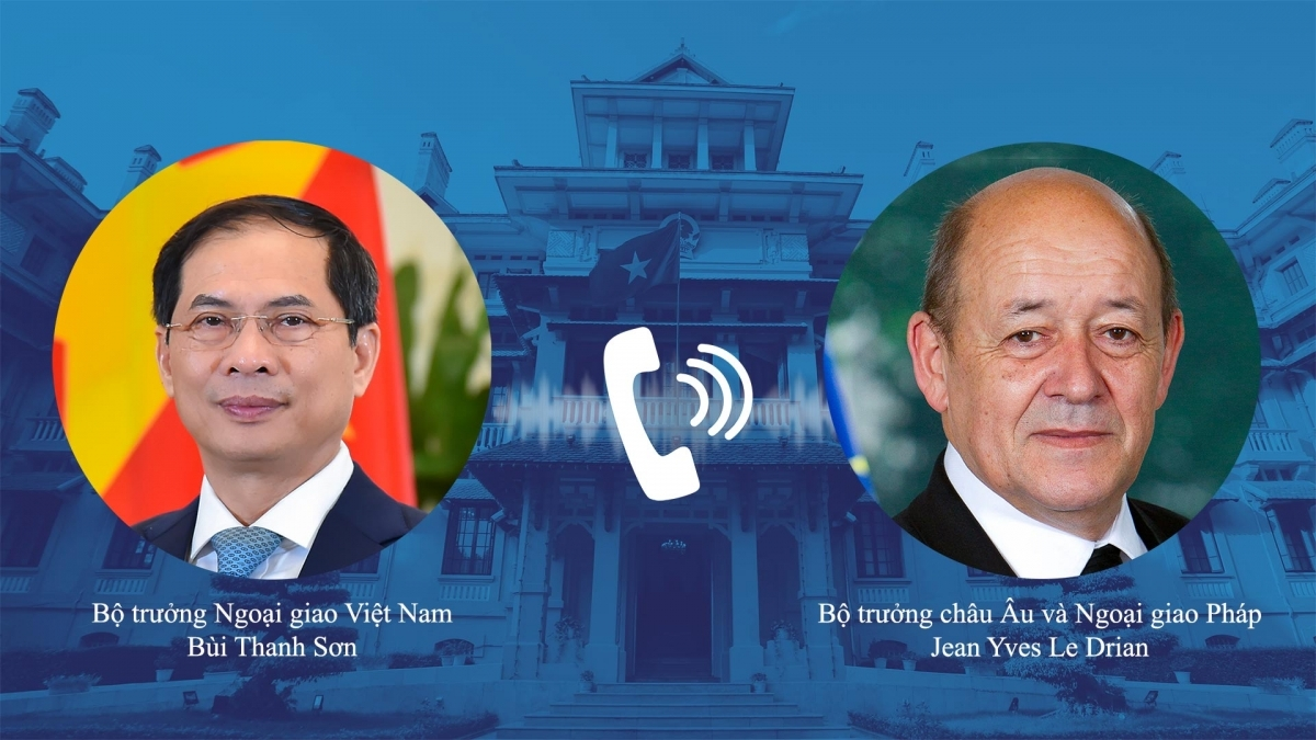 Foreign Minister Bui Thanh Son (L) and French Minister for Europe and Foreign Affairs Jean Yves Le Drian hold phone talks on July 23. (Photo: Foreign Ministry)
