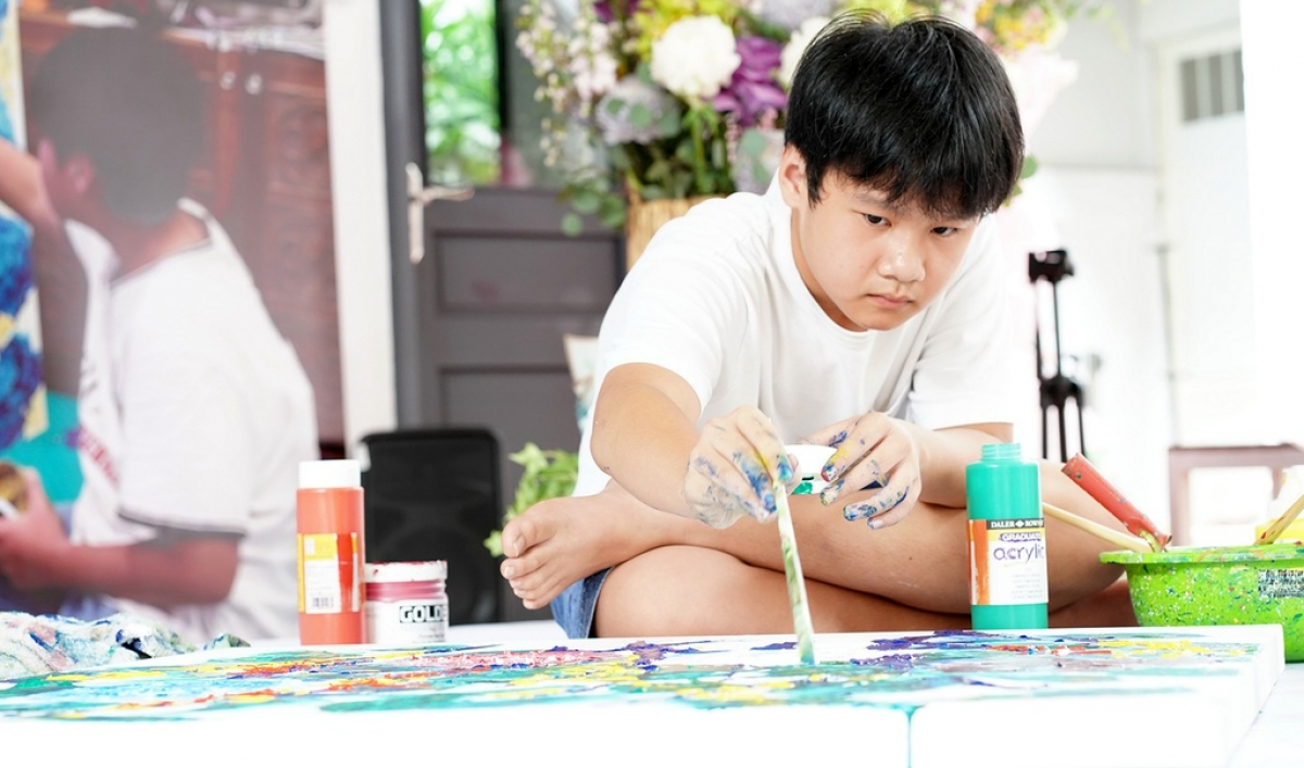 Young painter Pho Van Anh, alias Xeo Chu, donates nearly VND3 billion from his artwork auction to the COVID-19 fight. (Photo: thanhnien.vn)
