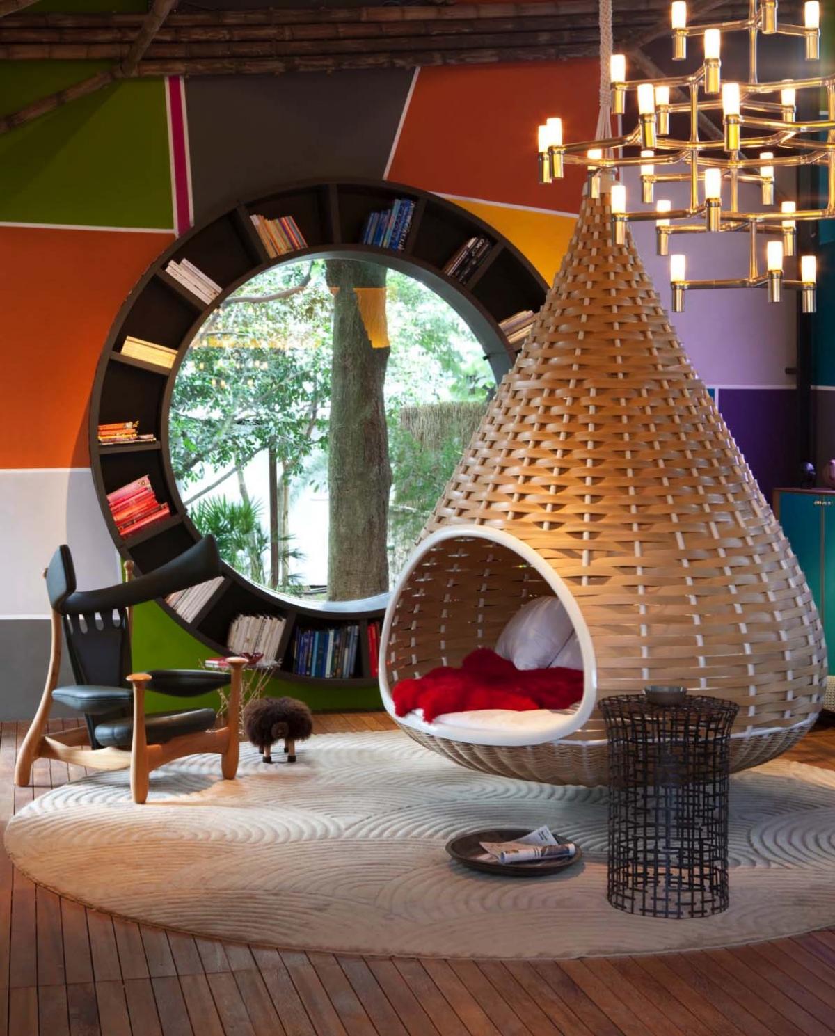 Trở về thời thơ ấu với niềm yêu thích đọc sách và những thiết kế sáng tạo. Ngôi nhà này đã chọn một tủ sách mới lạ, bức tường đầy màu sắc và bổ sung một chiếc ghế treo độc đáo./.