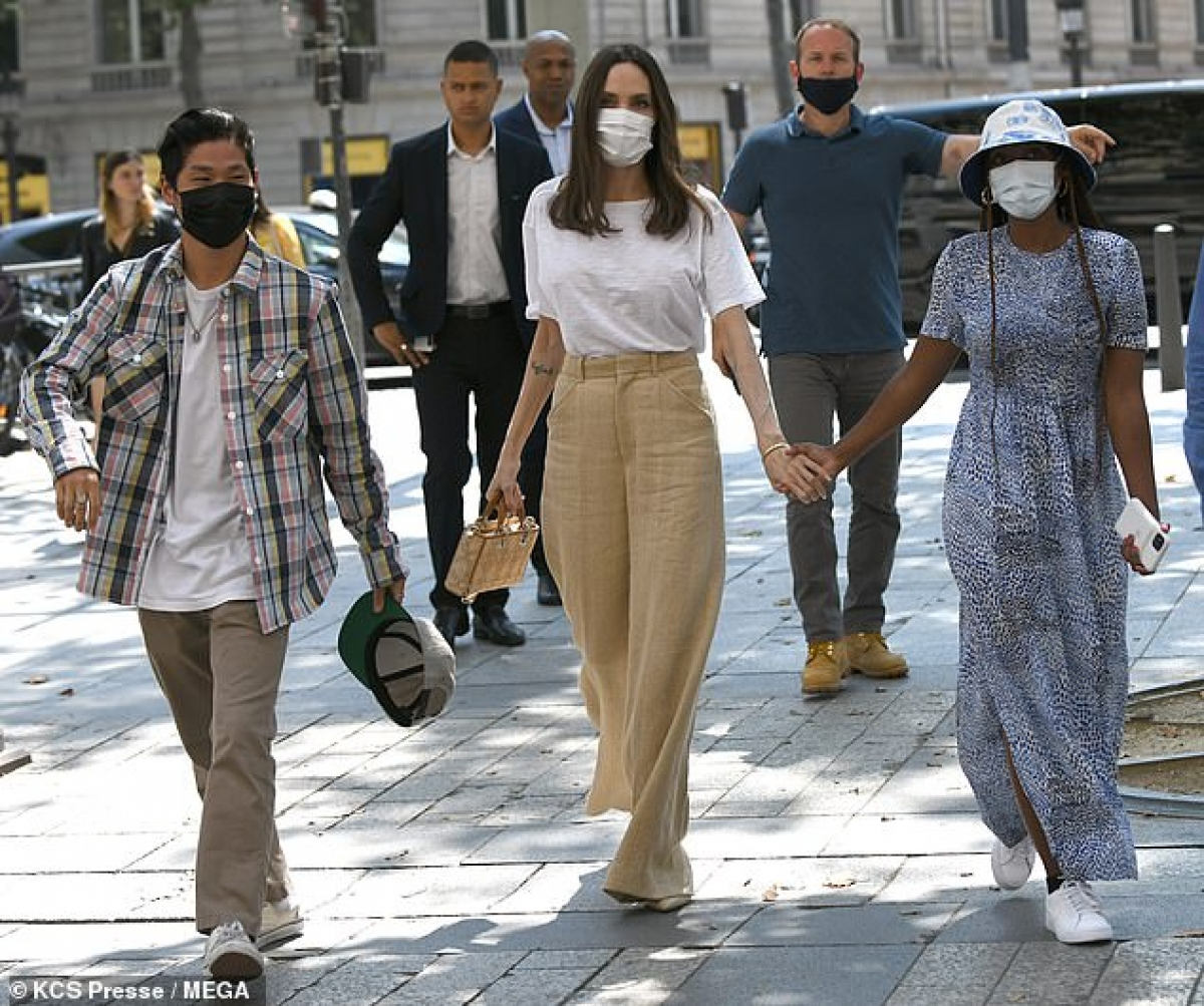 Angelina Jolie vui vẻ đi chơi cùng các con Pax Thiên, Zahara, Shiloh, Knox ở Paris hôm 22/7 vừa qua.