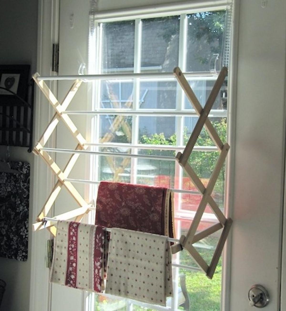 Thay thế một chiếc giá phơi đồ hoàn hảo bên cạnh cửa sổ.
