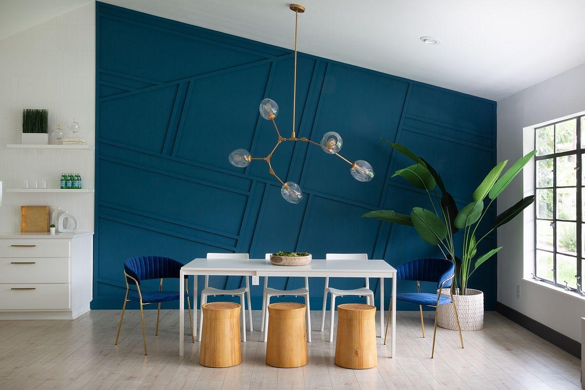Phông nền màu xanh đậm tạo thêm phong cách cho phòng ăn tối giản này.