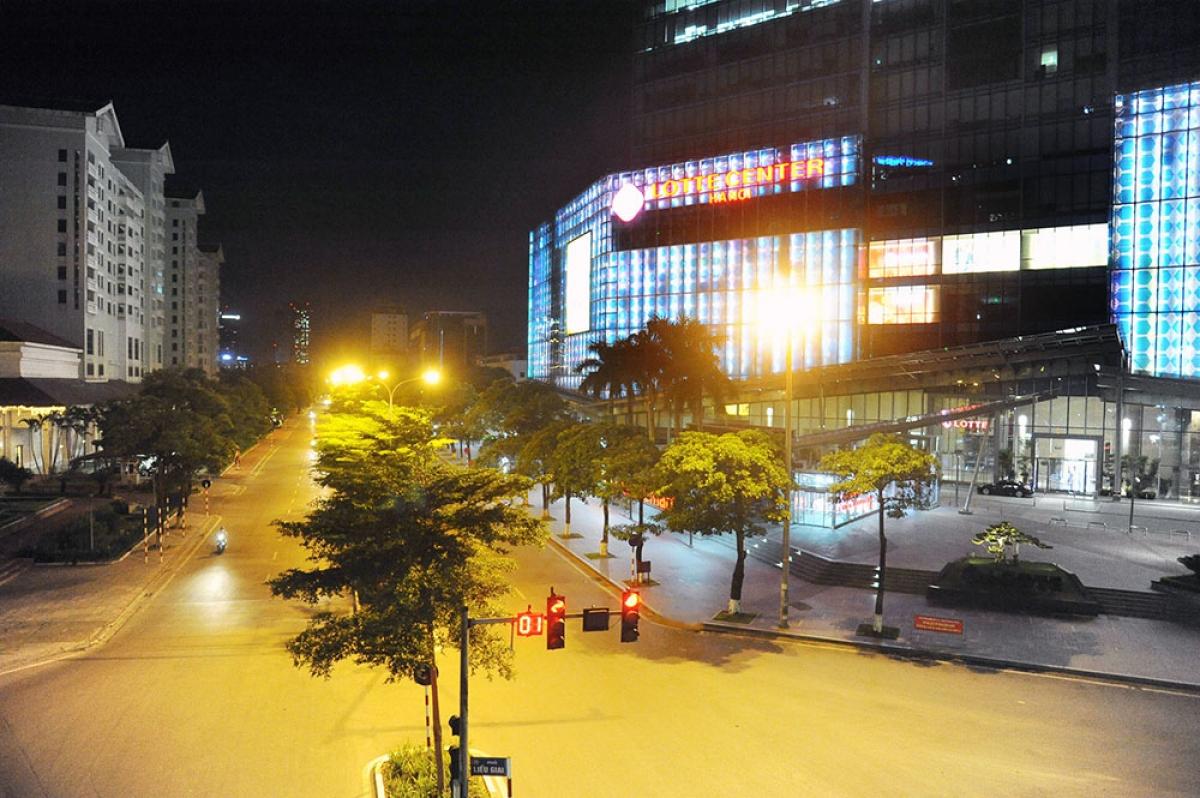 Trung tâm thương mại Lotte trên phố Đào Tấn vắng khách lúc 20h30.