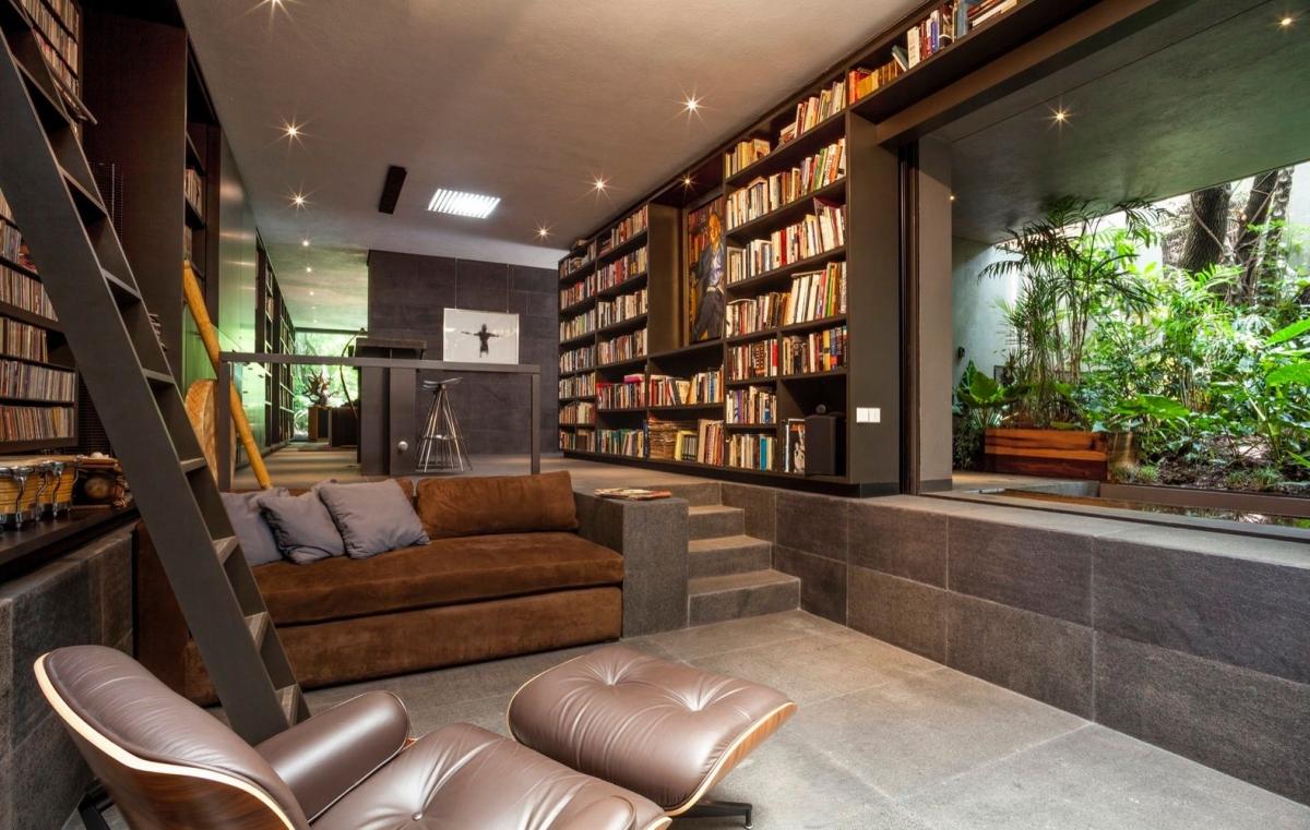 Một khu vườn xanh tươi bao quanh thư viện mang lại không gian đầy nhẹ nhàng, yên tĩnh và trong lành.