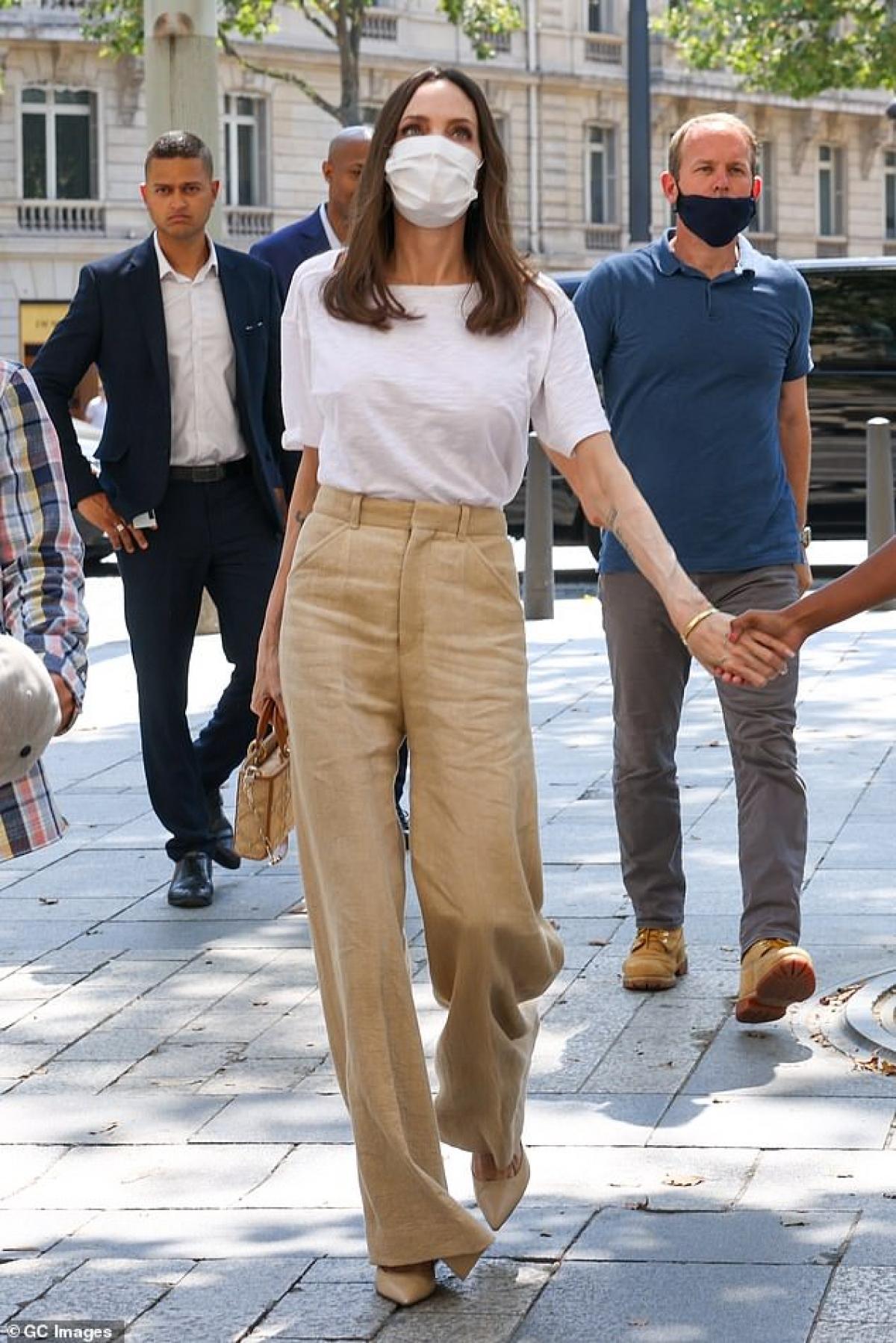 Nữ diễn viên mặc áo phông và quần âu giản dị ra phố.