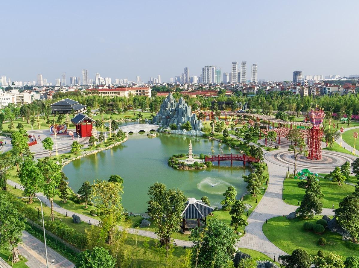 Cư dân Vinhomes được hưởng một hệ sinh thái xanh khi tỉ lệ xây dựng chỉ 14,7% - thấp kỉ lục so với các dự án BĐS ở Việt Nam