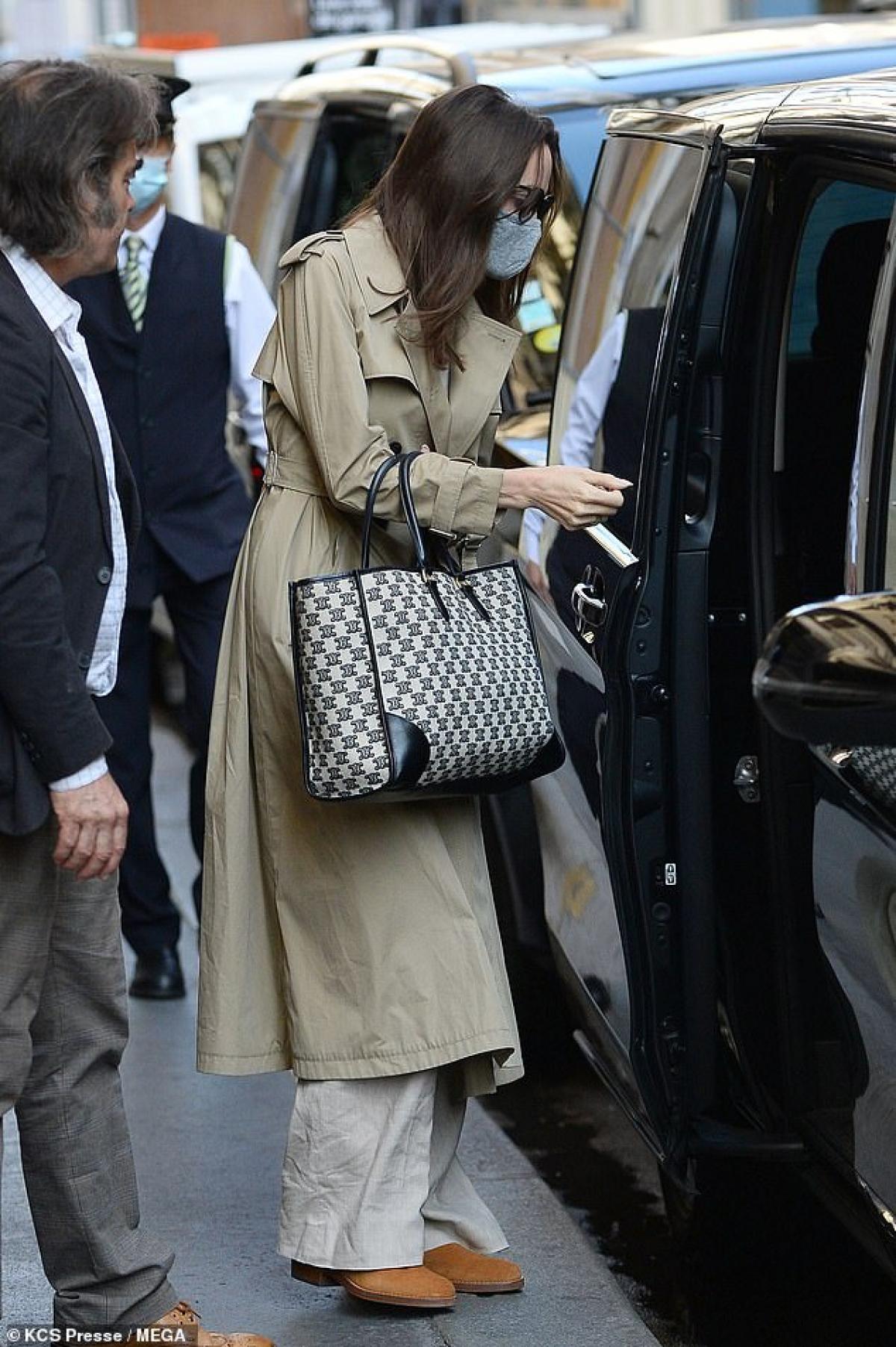 Cô xách theo chiếc túi hiệu sang chảnh ra phố.