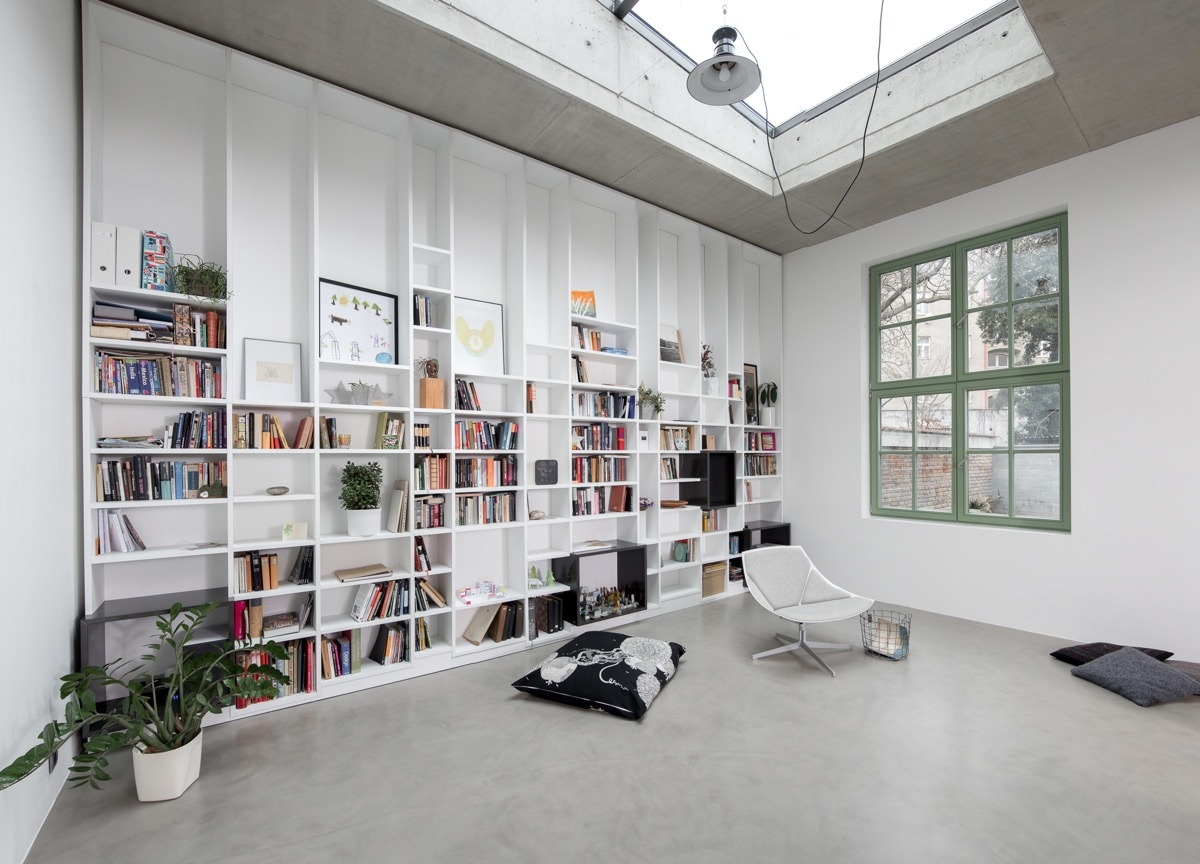 Tận dụng tối đa chiều cao bức tường để tăng dung lượng lưu trữ sách, đồng thời giúp không gian thêm thoáng đãng và bắt mắt hơn.