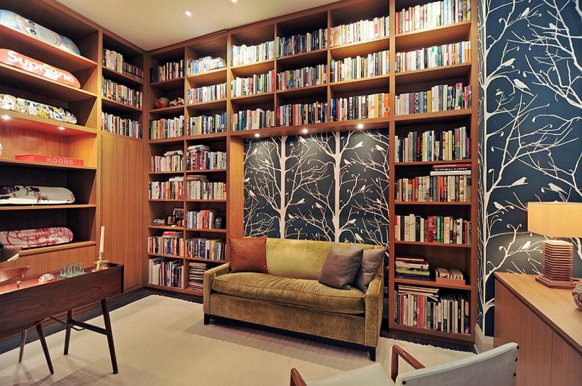 Có thể lấy tủ sách và giấy dán tường tạo nên sự sinh động cho góc làm việc tại nhà cũng là một ý tưởng không tồi.