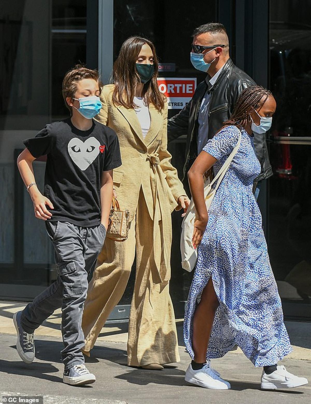 Mẹ con Angelina Jolie đeo khẩu trang cẩn thận bảo vệ mình và cộng đồng trong thời điểm dịch bệnh.