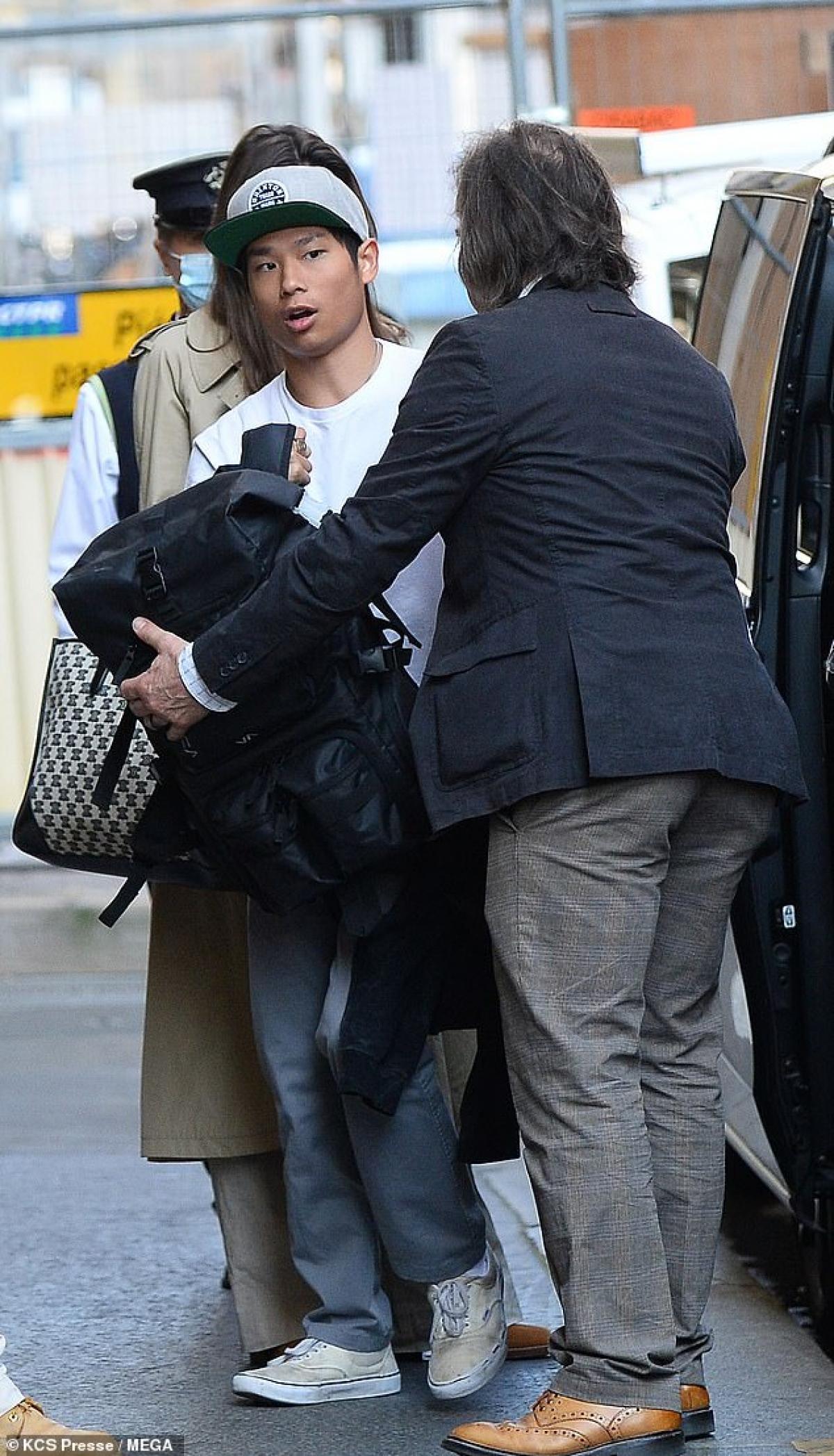 """Trước đó, trong phỏng vấn trên chương trình E!News Daily Pop, nữ diễn viên Angelina Jolie đã có những chia sẻ về cuộc sống riêng tư sau khi ly hôn nam tài tử Brad Pitt. Trước câu hỏi của MC Justin Sylvester về việc cô có những tiêu chuẩn khắt khe khi tìm bạn đời không, Angelina Jolie đáp: """"Tôi có lẽ có một danh sách rất dài chứ. Tôi đã ở một mình quá lâu rồi""""."""