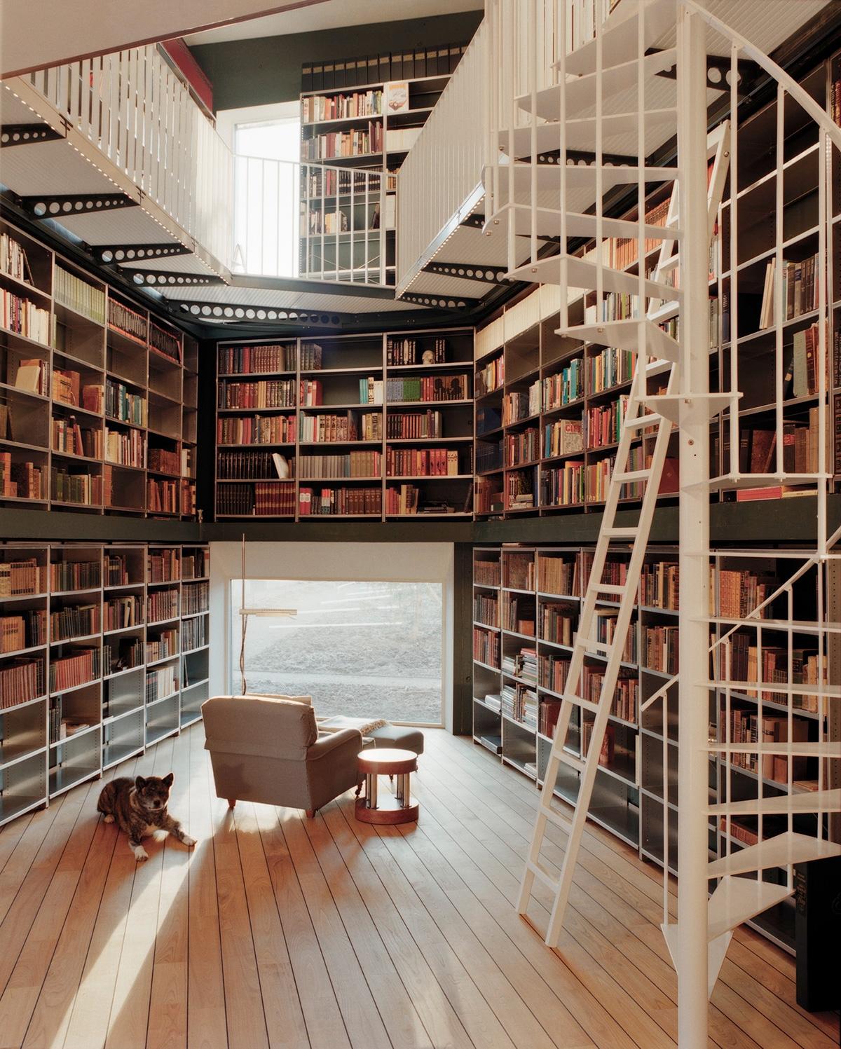 Thiết kế thư viện gia đình theo tầng tầng, lớp lớp sẽ tạo nên một không gian vô cùng thú vị và ấn tượng. Thư viện này được bài trí khá chuyên nghiệp, với thang chuyên dụng và cầu thang xoắn ốc và gác lửng.