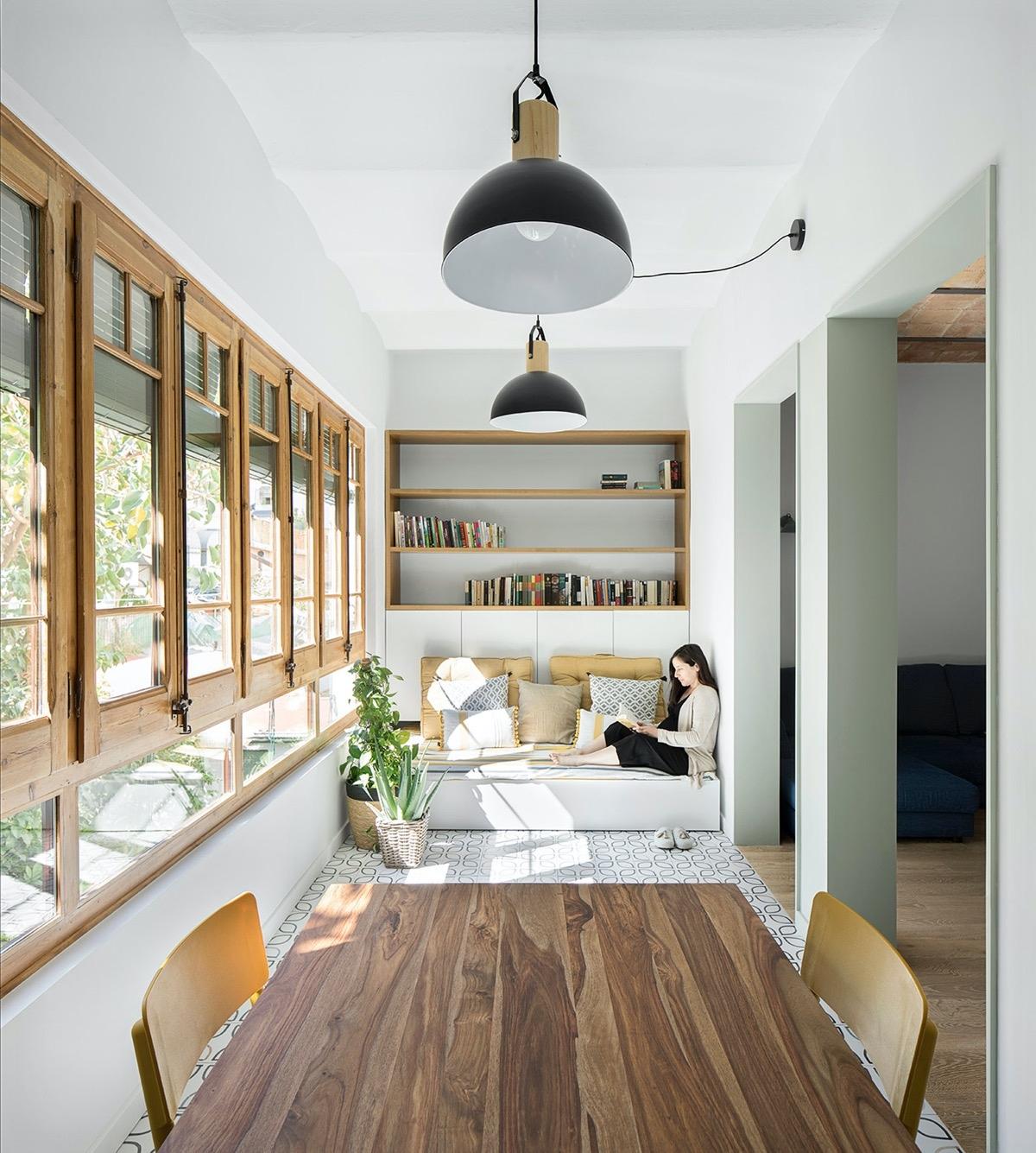 """Hãy tận dụng những ngóc ngách nhỏ nhất trong nhà bạn. Một góc nhà cũng có thể được """"hô biến"""" thành một khu đọc sách tuyệt đẹp."""