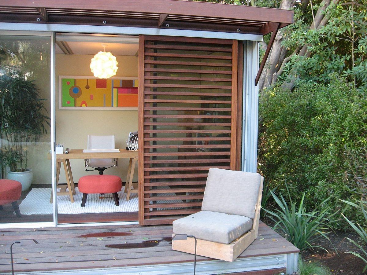 Phòng tại nhà tùy chỉnh kết nối với khu vực sân vườn. Quá hợp lý về màu hè này nhằm tạo nên sự thư thái, mát mẻ.
