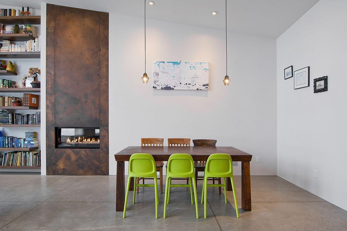 Kết hợp ghế nhựa và ghế gỗ cũng như pha trộn màu sắc bàn ghế là một sự sáng tạo có chủ ý của nhà thiết kế góp phần tạo nên một không gian sinh động, trẻ trung hơn cho phòng ăn./.