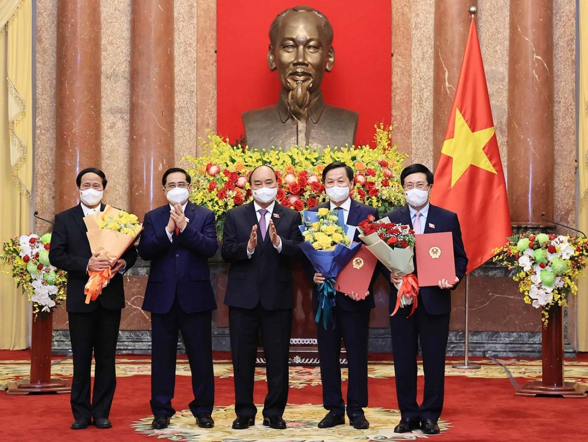 Chủ tịch nước Nguyễn Xuân Phúc trao Quyết định, Thủ tướng Phạm Minh Chính tặng hoa cho các Phó Thủ tướng Chính phủ.