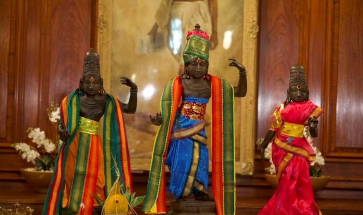 Ba bức tượng đồng cổ được Anh trao trả cho Ấn Độ sau khi bị đánh cắp khỏi một ngôi đền Hindu giáo ở bang Tamil Nadu, miền nam Ấn Độ vào năm 1978. ẢnhREUTERS.