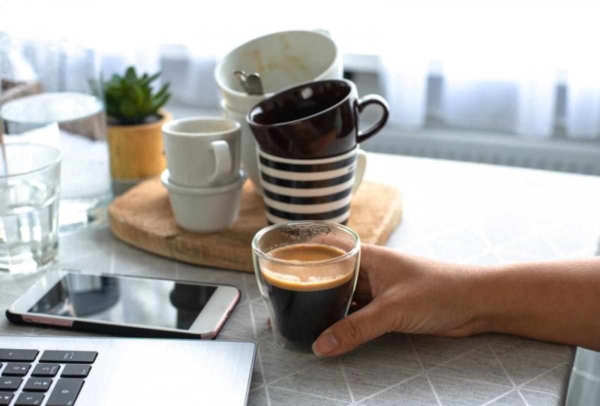 Nghiện cà phê: Cà phê là thức uống không thể thiếu đối với nhiều người trong cuộc sống hiện đại và rất khó để phát hiện xem bạn có bị nghiện cà phê hay không. Một số người nghiện cà phê cho biết họ bị khó ngủ, đau bụng và tim đập bất thường. Một số các triệu chứng cai nghiện cà phê bao gồm đau đầu dữ dội, suy nhược cơ thể và tâm trạng thất thường.