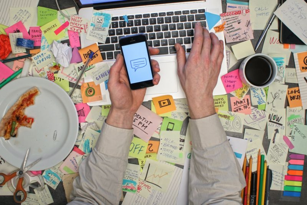 Nghiện công việc: Nhịp sống nhanh trong xã hội hiện đại có thể thôi thúc ta lấp đầy thời gian biểu với công việc và những hoạt động liên quan đến công việc, nhưng điều này có thể dẫn đến tình trạng nghiện công việc hoặc nghiện bận rộn. Ở một số ngành nghề, khối lượng công việc lớn có liên quan đến sự suy giảm chất lượng cuộc sống. Những người nghiện công việc có thể gặp tình trạng mệt mỏi cực độ, mất ngủ và thậm chí mắc các vấn đề về tim mạch.