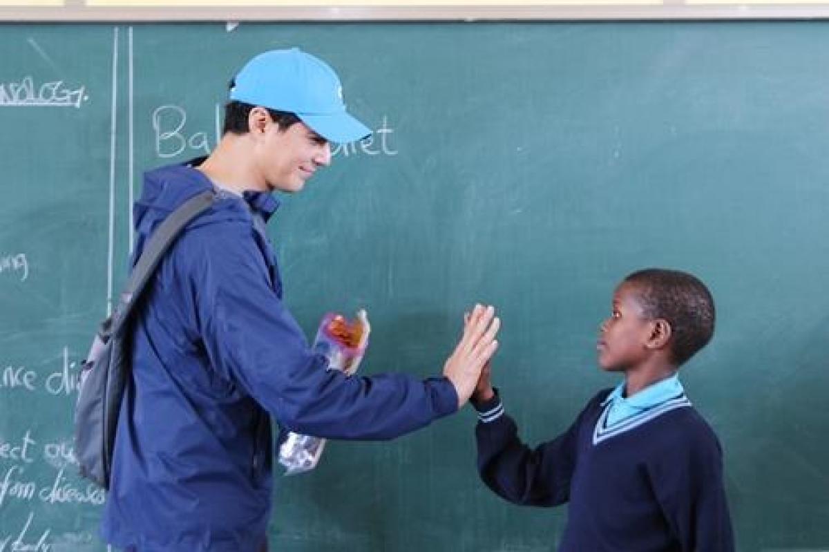 Nam diễn viên Jo In-sung gặp gỡ học sinh tại ngôi trường. Nguồn: Miral Welfare Foundation/Yonhap