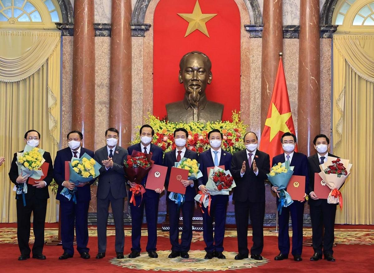 Chủ tịch nước Nguyễn Xuân Phúc trao Quyết định bổ nhiệm cho các thành viên Chính phủ.