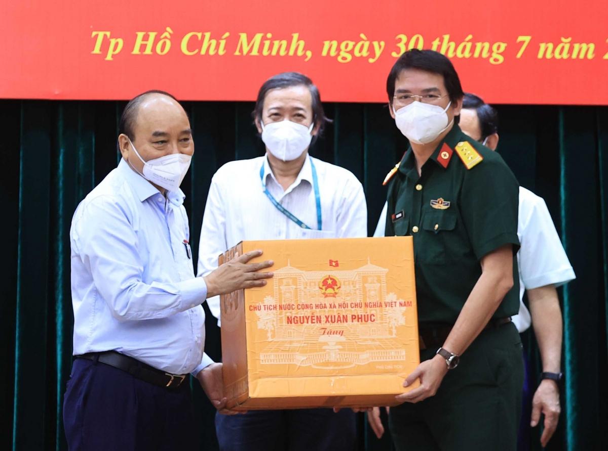 Chủ tịch nước Nguyễn Xuân Phúc trao quà cho lãnh đạo TP.HCM