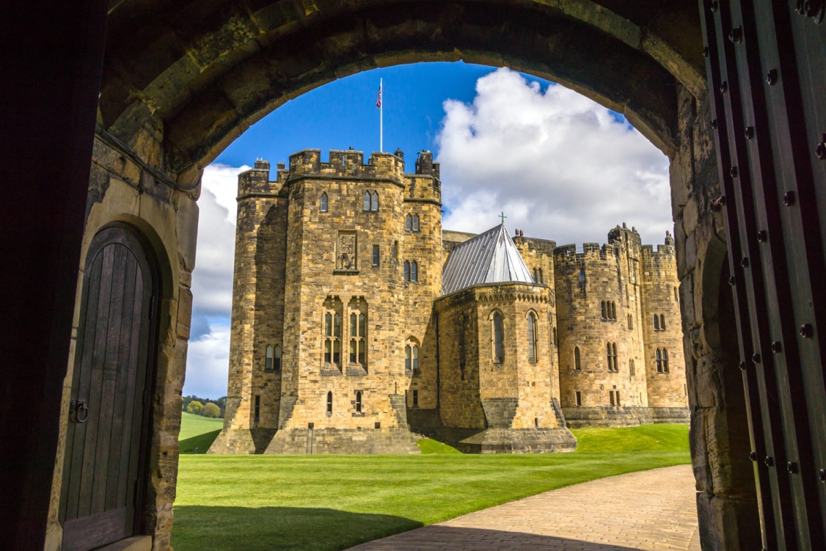 """Được xây dựng vào thế kỷ 11, lâu đài Alnwick (Anh) là nơi Harry và những người bạn lần đầu tiên học cách cưỡi chổi trong phần phim """"Harry Potter và Hòn đá phù thủy"""". Đây cũng là nơi Harry học các quy tắc của trò chơi Quidditch."""