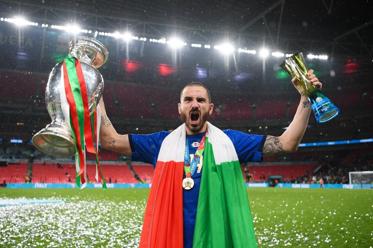 """Leonardo Bonucci tranh thủ """"cà khịa"""" ĐT Anh sau trận chung kết EURO 2021. (Ảnh: Reuters)"""