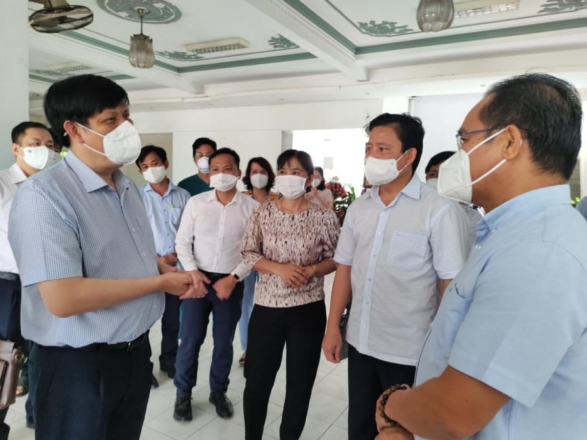 Bộ trưởng Bộ Y tế Nguyễn Thanh Long cùng lãnh đạo tỉnh Long An khảo sát một địa điểm trên địa bàn tỉnh để tìm phương án thiết kế Trung tâm hồi sức tích cực COVID-19 trên địa bàn tỉnh Long An.