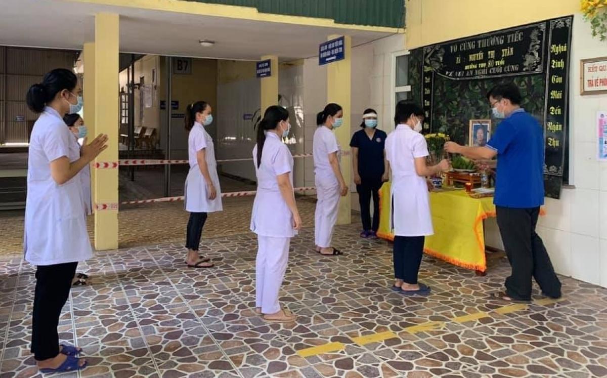 Chị Linh lập bàn thờ chịu tang mẹ chồng ở bệnh viện dã chiến số 1. (Ảnh: CTV)