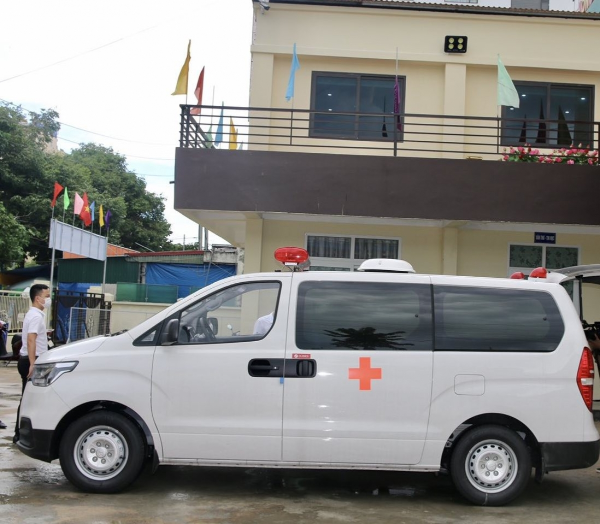 Tập đoàn FLC trao tặng thành phố Sầm Sơn xe cứu thương hỗ trợ công tác phòng chống dịch bệnh, thiên tai.