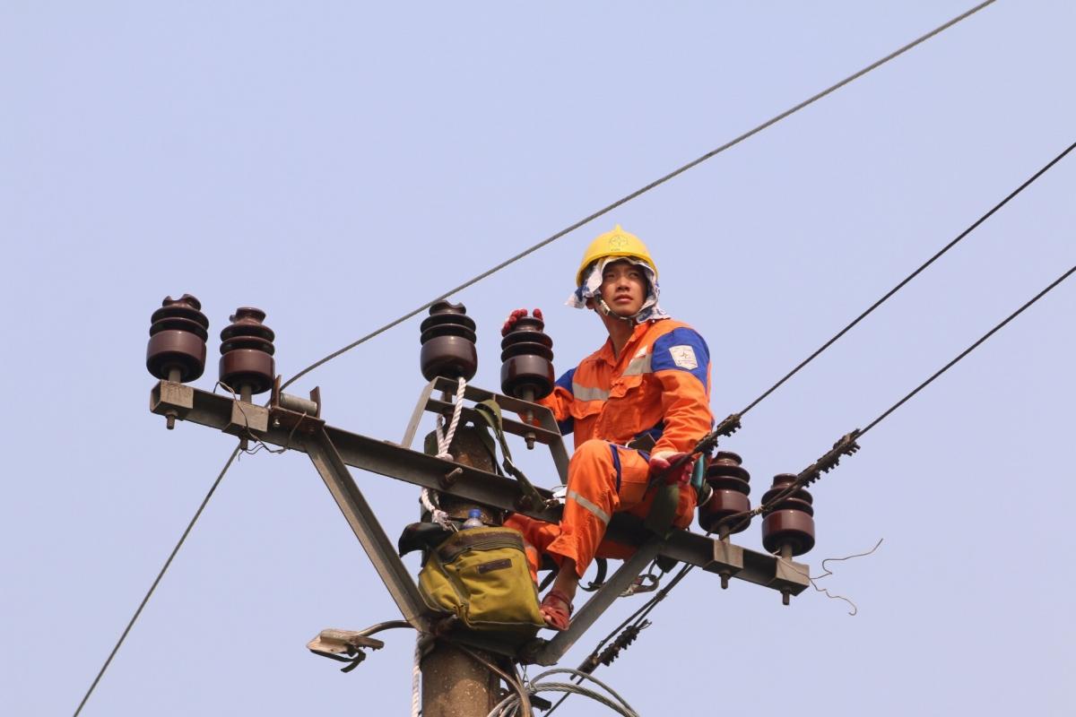 Kiểm tra đường dây cấp điện đến các điểm trường ở miền núi.