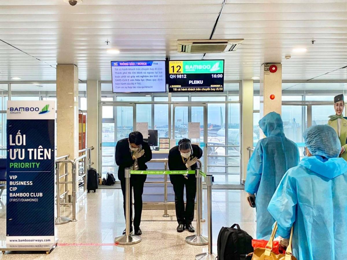 """Với sự chuẩn bị kỹ lưỡng của phía UBND tỉnh Gia Lai từ khâu lên danh sách, hướng dẫn người dân làm xét nghiệm, chuẩn bị đồ bảo hộ cho bà con, đưa đón tại hai đầu sân bay, việc tiếp nhận thông tin và tổ chức chuyến bay đều được thực hiện rất nhanh. Chỉ trong vòng chưa đầy 24 giờ, Bamboo Airways đã hoàn tất mọi thủ tục triển khai chuyến bay. """"Hành khách trên chuyến bay ngày hôm nay đều là người thật sự khó khăn, có nhu cầu cấp bách được về địa phương. Có nhiều trường hợp chưa từng đi máy bay nên không nắm được quy định về thủ tục, giấy tờ. Chúng tôi đã phối hợp chặt chẽ với UBND tỉnh, đoàn công tác để hỗ trợ kịp thời, giúp bà con có chuyến bay thuận lợi"""", đại diện Bamboo Airways cho biết."""
