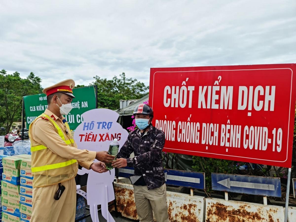 """Mỗi ngày có hàng trăm người Nghệ An từ các tỉnh phía Nam về quê bằng xe máy để """"tránh dịch""""."""