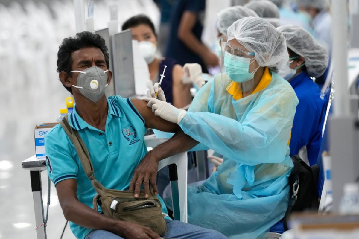Tiêm vaccine Covid-19 tại Thái Lan. Ảnh: Reuters