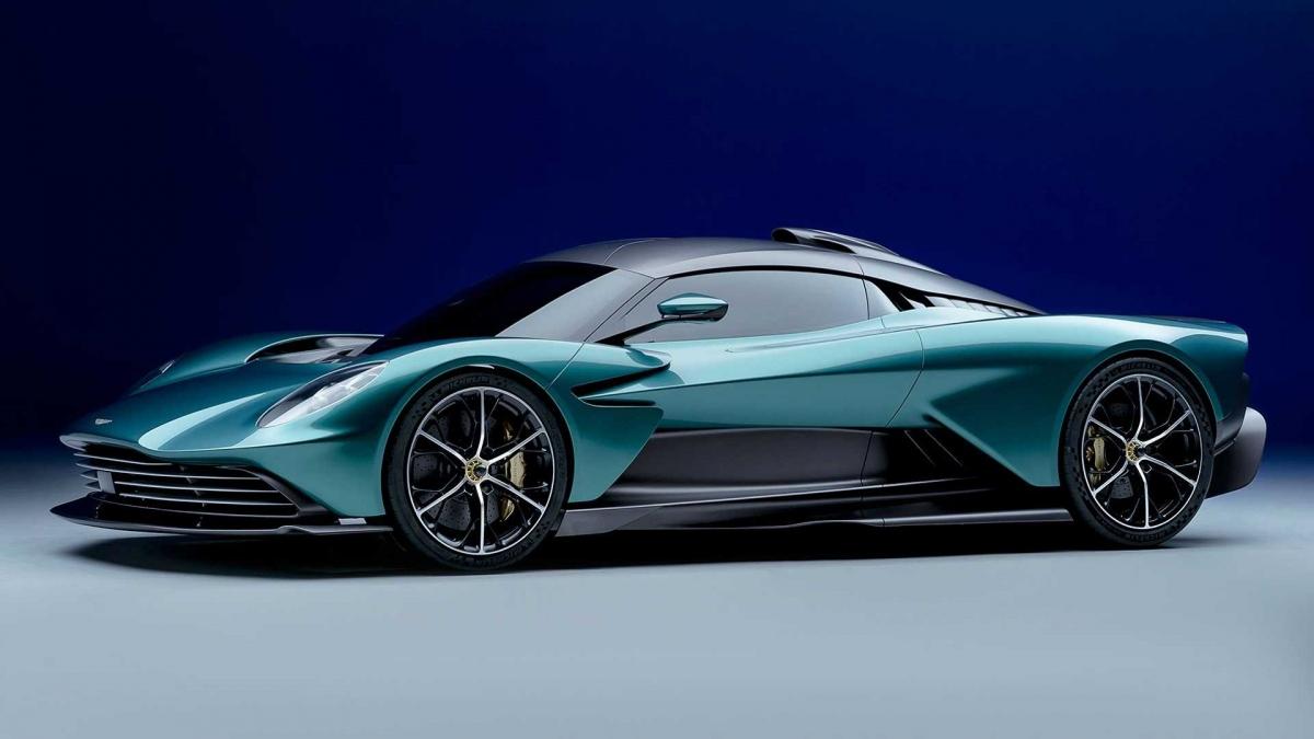 Khác với dự kiến ban đầu là xe sẽ được trang bị hệ dẫn động hybrid với động cơ V6 do Aston Martin sản xuất, Valhalla bản thương mại sử dụng động cơ V8.