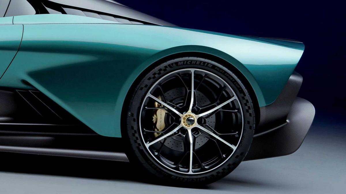 Hệ thống ống xả được đặt ngay trên động cơ và phía trước bộ cánh gió chủ động. Ở đuôi xe, gầm xe sở hữu bộ khuếch tán cỡ lớn giúp luồng khí dưới gầm thoát ra tự do hơn. Đèn hậu được thiết kế mới, lấy cảm hứng từ bộ đèn của siêu xe đường đua Vulcan.