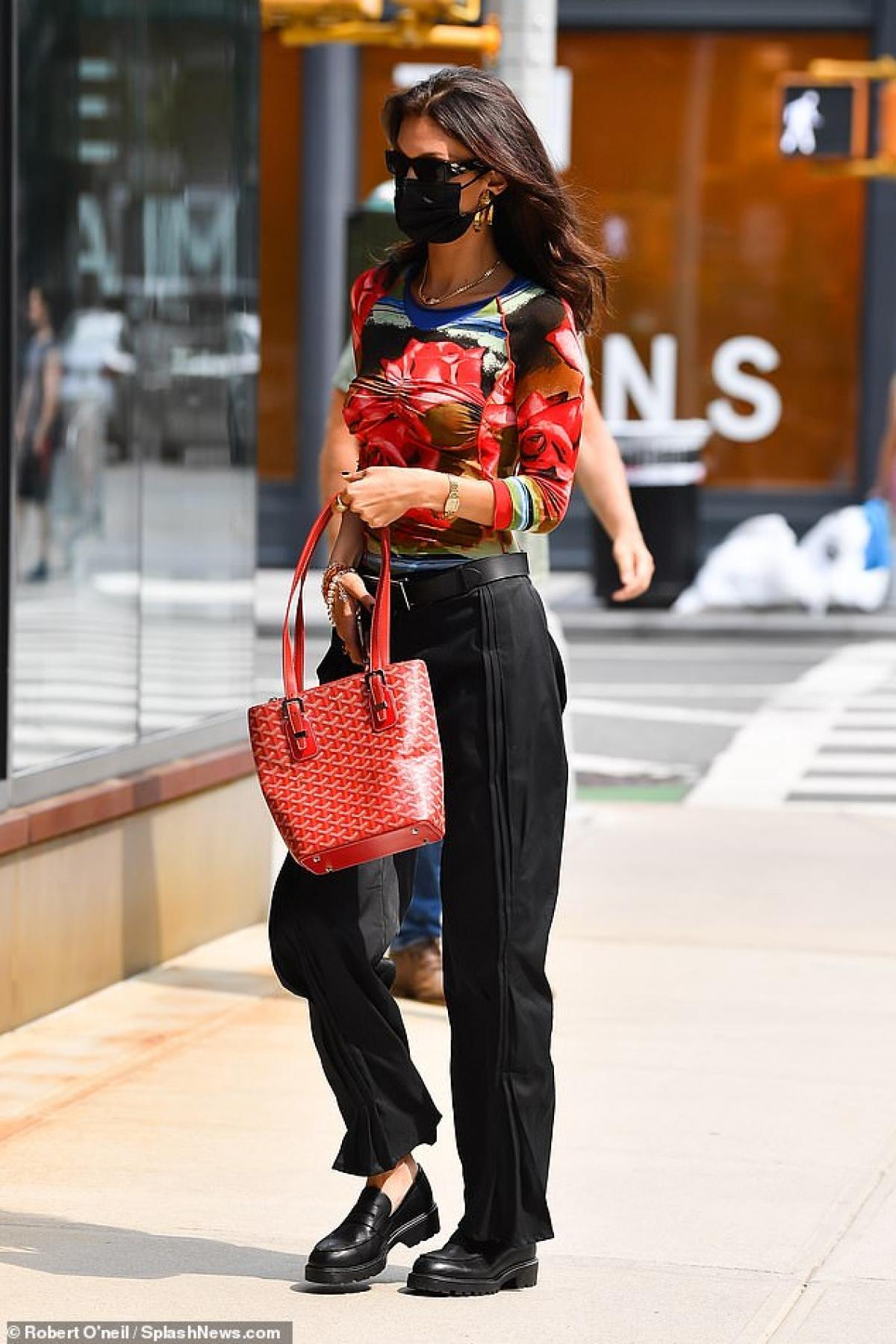 Người mẫu Mỹ diện áo họa tiết hoa hồng đỏ rực phối cùng quần suông trẻ trung, thanh lịch.
