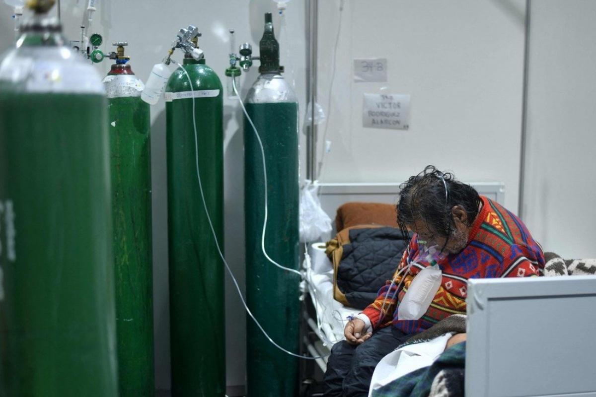 Bệnh nhân Covid-19 thở oxy tại một bệnh viện ở Peru, nơi biến thể Delta đã khiến số ca mắc bệnh tăng đột biến. Ảnh: AFP