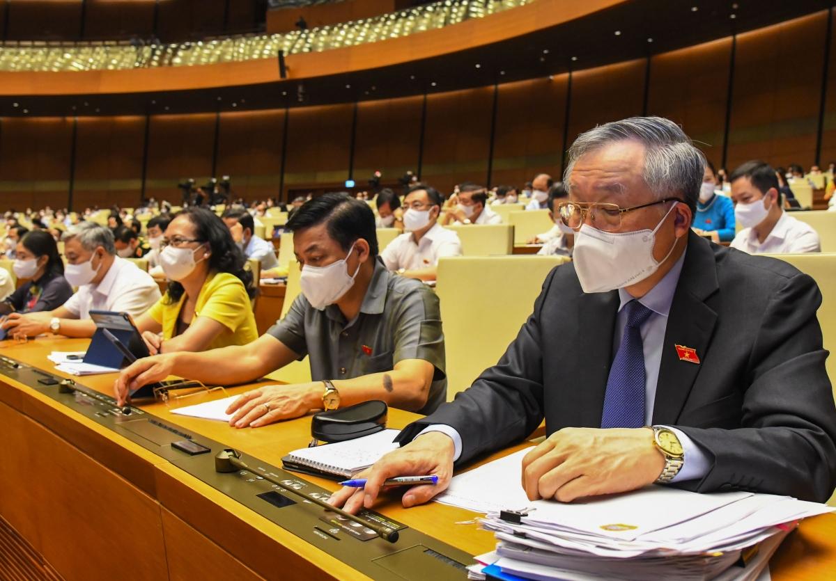 Đại biểu đoàn Bắc Giang bấm nút biểu quyếtChương trình mục tiêu quốc gia giảm nghèo bền vững và xây dựng nông thôn mới giai đoạn 2021-2025.