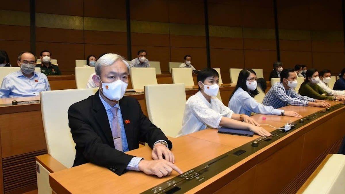 Đại biểu Quốc hội bấm nút biểu quyết tại hội trường