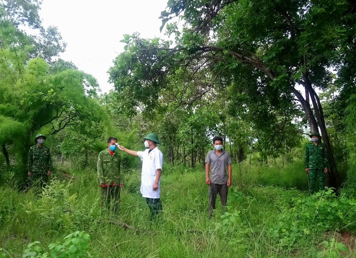 Qua lại trái phép biên giới Việt Nam - Campuchia buôn cá trong bối cảnh dịch Covid - 19 diễn biến phức tạp, Nông và Tân bị đưa đi cách ly phòng, chống dịch.