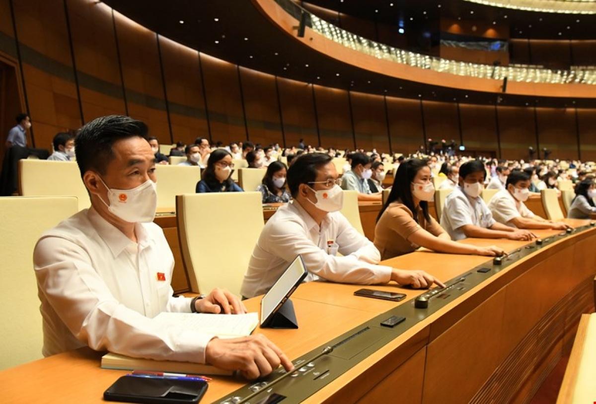 Đại biểu Quốc hội ấn nút biểu quyết tại Kỳ họp thứ nhất