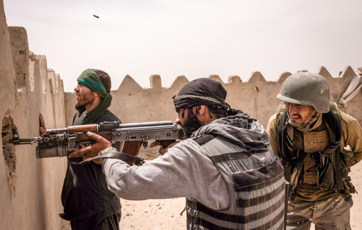Các binh sĩ Afghanistan chật vật đối phó Taliban. Ảnh: NY Times