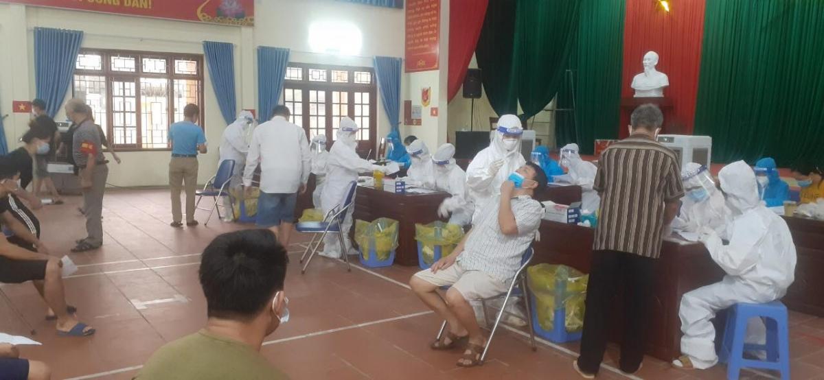 Lấy mẫu xét nghiệm cho người dân trong vùng dịch ở Bắc Ninh.