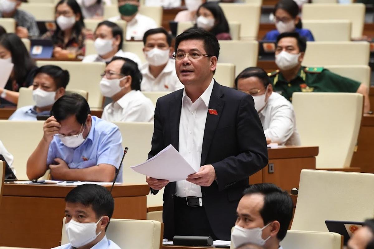 Bộ trưởng Bộ Công Thương Nguyễn Hồng Diên báo cáo tại phiên thảo luận chiều 25/7.